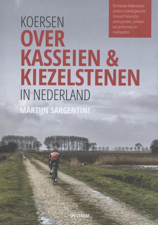 Koersen over kasseien & kiezelstenen in Nederland 9789000356195 Martijn Sargentini Spectrum   Fietsreisverhalen Nederland