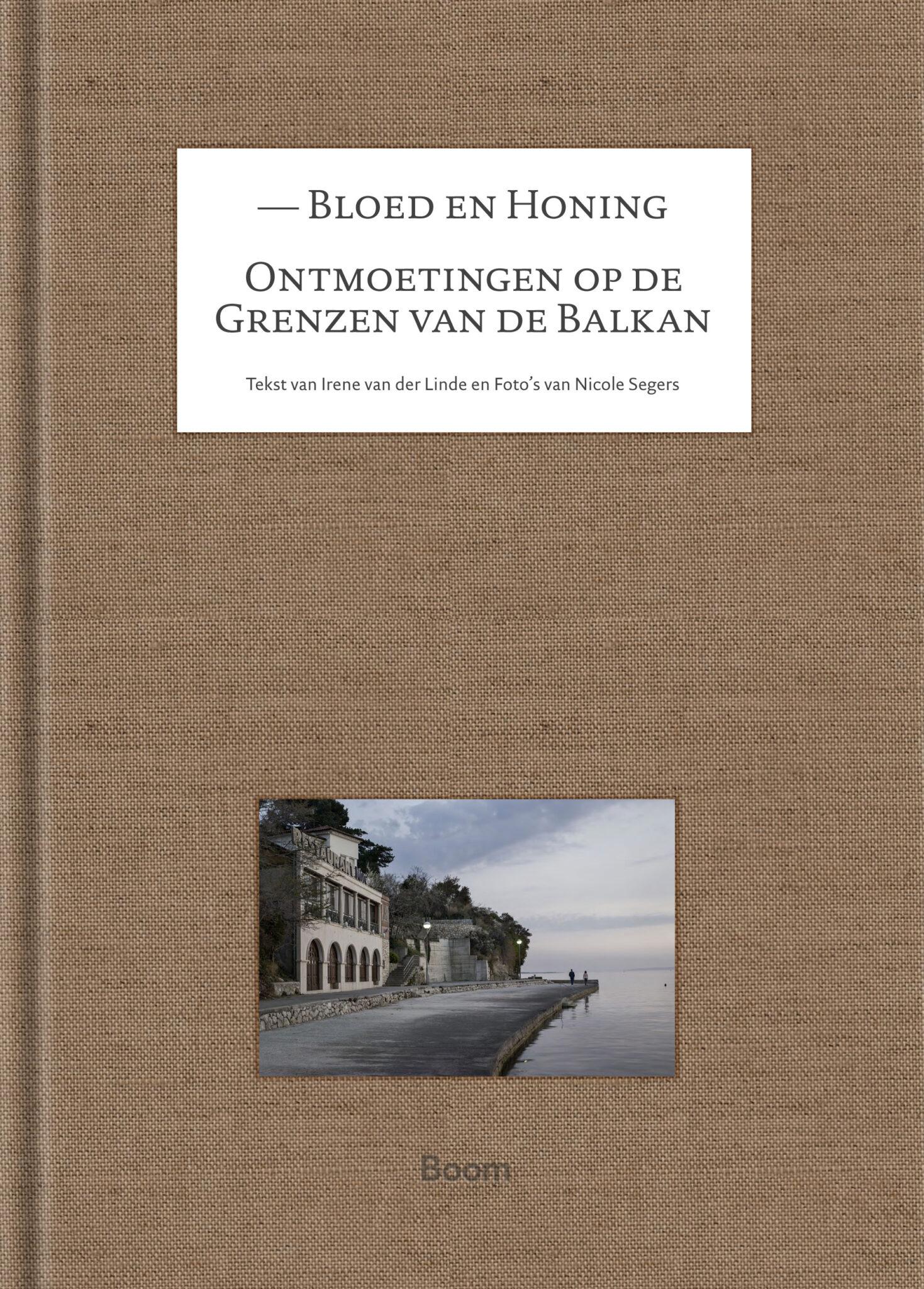Bloed en honing | Irene van der Linde 9789024432127 Irene van der Linde & fotograaf Nicole Segers Boom   Fotoboeken, Reisverhalen Balkan