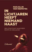 In Lichtjaren heeft Niemand Haast | Marjolijn van Heemstra 9789083078946 Marjolijn van Heemstra De Correspondent   Reisverhalen Universum (Heelal)