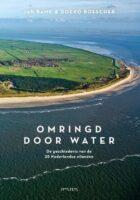 Omringd door water   Jan Bank 9789044637977 Jan Bank, Doeko Bosscher Prometheus   Historische reisgidsen, Landeninformatie Nederland